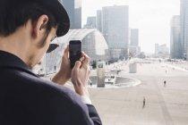 Uomo che scatta foto di edifici commerciali — Foto stock