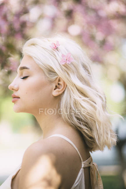 Beautiful female face with closed eyes — Stock Photo