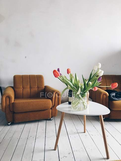 Frische Tulpen in der Vase — Stockfoto