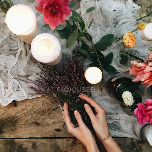 Woman making floral arrangement — Stock Photo