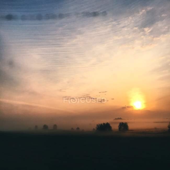 Landschaft mit bewölktem Himmel — Stockfoto
