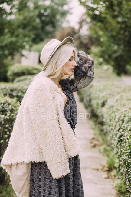 Женщина, стоящая в деревне — стоковое фото