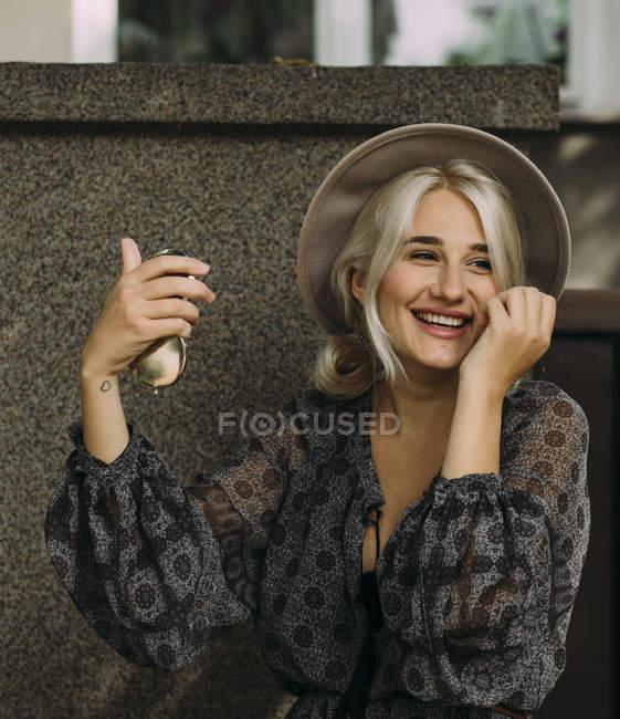 Жінка холдингу компактний дзеркало — стокове фото