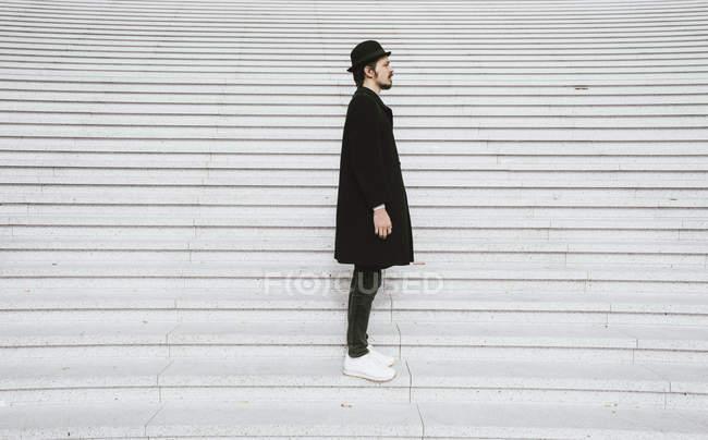 Mann steht auf Treppe — Stockfoto