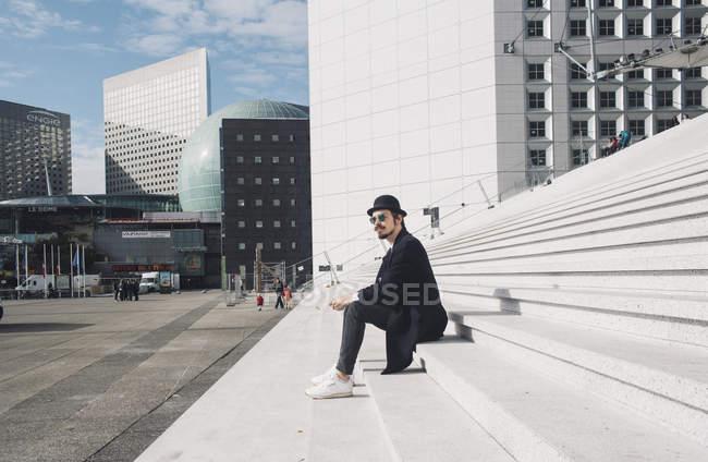 Mann sitzt auf Treppe — Stockfoto