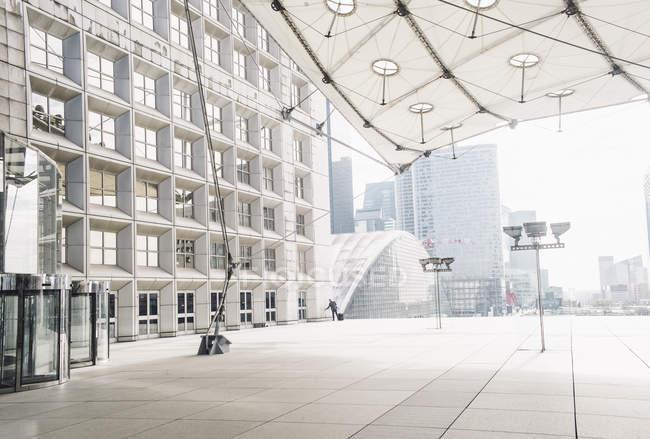 Edifício moderno com construção — Fotografia de Stock