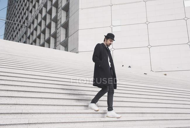 Mann geht Treppe hinunter — Stockfoto
