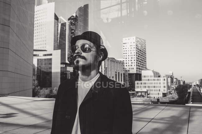 Mann steht vor Glasscheibe — Stockfoto