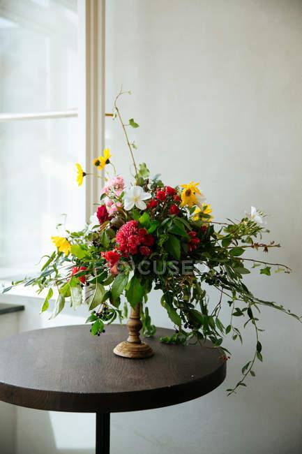 Квіткова композиція в золоті ваза — стокове фото