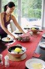 Femme, mettre la table à manger — Photo de stock