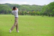 Joueur de golf au terrain de golf — Photo de stock