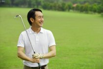 Jugador de golf en el campo de golf - foto de stock