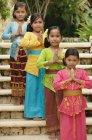 Chicas sonrientes de balinesas - foto de stock