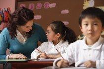 Studenten, die Interaktion mit Lehrer — Stockfoto