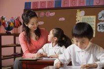 Élèves en classe avec l'enseignant — Photo de stock