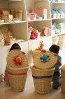 Дети в магазин, за корзины — стоковое фото