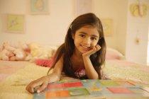 Ragazza lettura libro sul letto — Foto stock