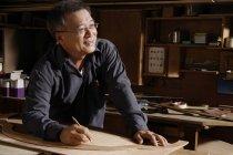 Carpentiere che lavora con il legno sul tavolo — Foto stock