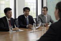 Бизнесмены, имеющие встречу — стоковое фото