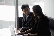 Мужчина и женщина работают над ноутбуком — стоковое фото