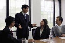 Uomo in piedi e parlando in ufficio — Foto stock