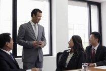 Человек стоял и говорить в офисе — стоковое фото