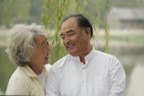 Старший пара посміхається — стокове фото