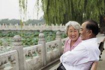 Coppia anziana seduta sulla panchina del parco — Foto stock
