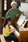 Mädchen, die Klavier spielen — Stockfoto