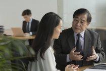 Uomini d'affari che discutono in ufficio — Foto stock