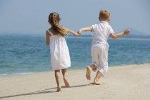 Щасливі діти, які працюють на пляжі — стокове фото