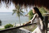 Jeune femme, vue sur la mer — Photo de stock