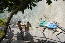 Пара на міст над пляжем — стокове фото
