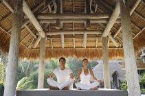 Giovane coppia che fa yoga — Foto stock