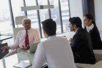 Ведущий дискуссии бизнесмен — стоковое фото