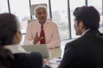 Principaux débats homme d'affaires — Photo de stock