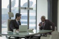 Uomini d'affari durante discussione a ufficio — Foto stock