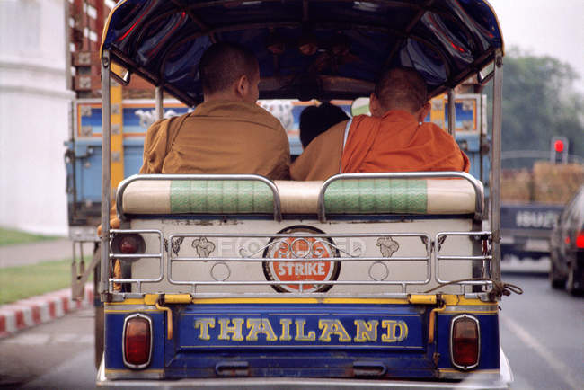 Monaci in tuk-tuk, vista posteriore — Foto stock
