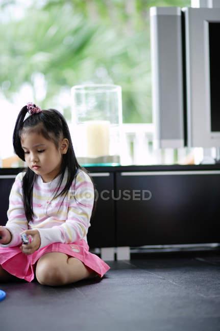 Ragazza seduta sul pavimento — Foto stock