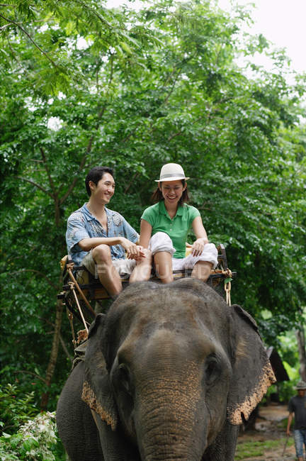 Coppie adulte cavalcando elefante — Foto stock