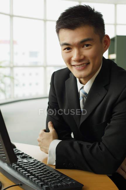 Uomo d'affari seduto al tavolo — Foto stock