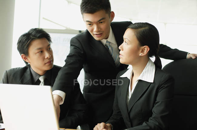 Business people having discussion — Stock Photo