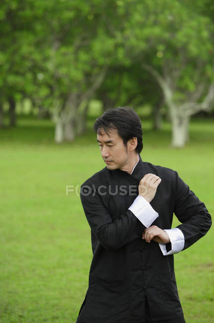Menschen praktizieren Tai chi — Stockfoto