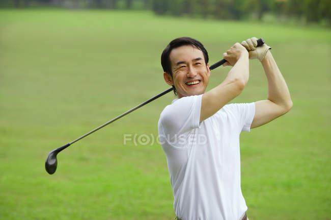 Игрок в гольф на поле — стоковое фото