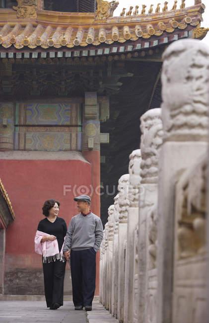 Mann und Frau auf Straße und lächelnd — Stockfoto