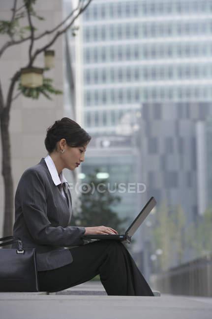 Деловая женщина, использующая ноутбук — стоковое фото