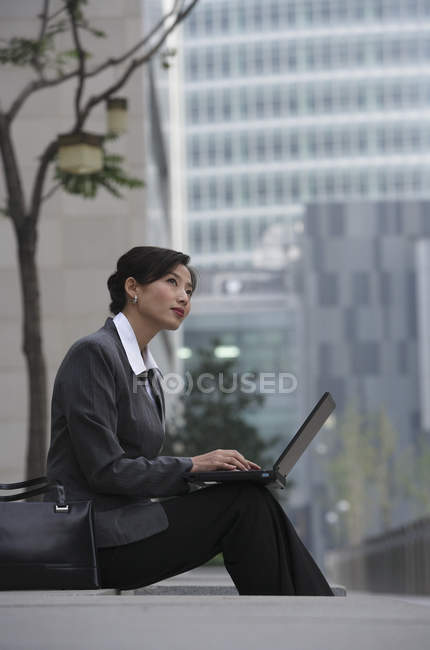 Imprenditrice usando il portatile — Foto stock
