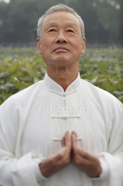 Человек практикует китайские боевые искусства — стоковое фото