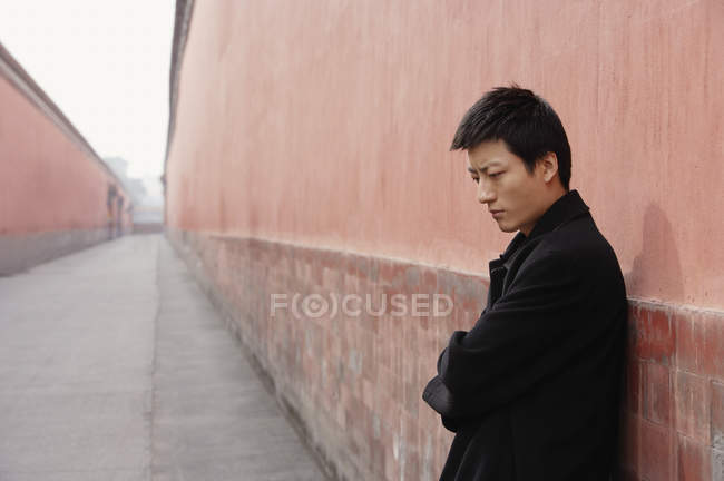 Man lean against wall — Stock Photo