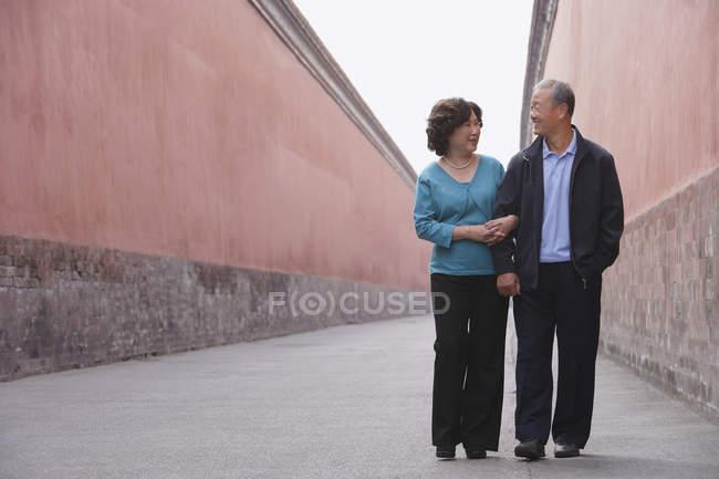 Homem e mulher caminhando juntos — Fotografia de Stock
